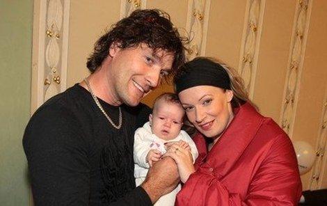 Alena Antalová (37), herečka - Hvězda seriálu Pojišťovna štěstí se krátce před svými 35. narozeninami stala dvojnásobnou maminkou, když jí k dceři Alence přibyla malá Elena. Dnes má herečka už celkem tři děti.