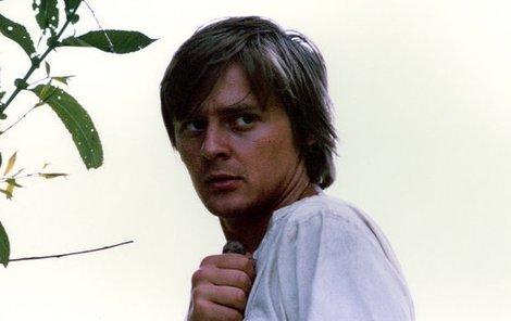 Ivan Luťanský patřil mezi nejnadějnější české herce své doby. Na snímku je během natáčení snímku Zápisník zmizelého.
