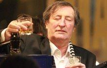 Podvod na Bolka Polívku: Místo vína mu tajně nalévají nealko!