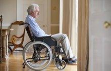 Absurdní: Invalida musel k lékaři na prohlídku kol vozíku!