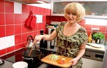 VIP Prostřeno: Miluše Bittnerová a její krkovice s dvěma druhy salátů!