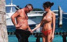 Eros Ramazzotti s přítelkyní na pláži v Mexiku: Kontrola »nádobíčka«!