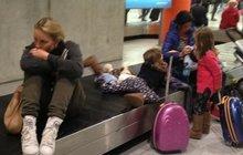 Kdo je ta zhroucená žena na letišti? Modelka Simona Krainová! Co se jí stalo?