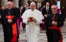 Proč nový papež František nenosí červené střevíce: Neobuje je!