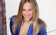 Sama veřejně prozradila, kolik bere za módní přehlídku! Česká Miss 2006 Renata Langmannová (30) se totiž nechala nachytat v rádiu kamarádkou Zorkou Hejdovou (27).