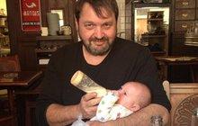 Táta Kokta konečně s Quentinem: Ornella mu ho přinesla do hospody!