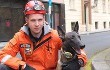 Specialisté se psy prohledávali sutiny zříceného domu: Bylo podezření, že jsou tam lidé!