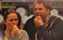 Igor Chmela s manželkou na nákupu: Cpali se párky v rohlíku!