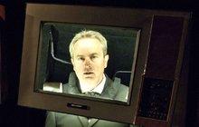 Bývalému hlasateli Hemalovi narazili na hlavu televizi!