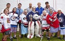 Babky z Babovřesek a hráči z NHL: Nejbizarnější hokejový tým světa!
