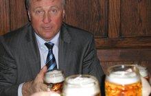 Politická mrtvola Mirek Topolánek: Soudí se s Heinekenem!