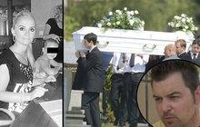 Pohřeb Moniky a Klárky: Petr sledoval dění na hřbitově přes internet a zhroutil se!