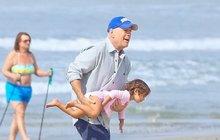 Bruce Willis řádil s dceruškou na pláži: Dokonalý táta!