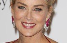 Herečka Sharon Stone popírá zákony přírody. Za půl roku oslaví šedesátiny, ale tak, jak vypadá ona, by chtěla v tomto věku vypadat každá žena!