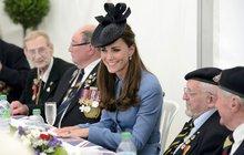 Usměvavá vévodkyně Kate stolovala s válečnými veterány