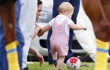 Maličký princ George jako fotbalista: Proč je ale v růžovém?
