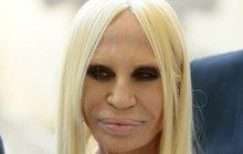 Donatella Versace (62) oplývá zajisté mnoha kvalitami. Je viceprezidentkou a hlavní návrhářkou módní superznačky Versace, kterou založil její bratr Gianni (†50), a tak určitě rozumí módě a má nějaký vkus. Jen ho nedovede aplikovat sama na sebe.