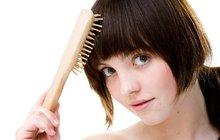 Nadcházející období je zatěžkávacím obdobím i pro vlasy, nicméně negativní účinky UV záření se na nich projeví většinou až se zpožděním. Proto je preventivně ochraňujte, posilujte a hýčkejte celé léto, ideálně pomocí vlasové kosmetikou s UV filtry.
