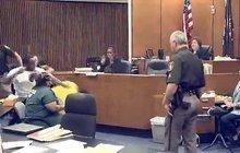 Otec se u soudu neovládl: Zmlátil vraha  své dcery (†3)!
