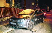 Opilý zaměstnanec Ministerstva dopravy (23) to napálil do sloupu, popelnic a 3 aut: A málem smetl dívku (12)!