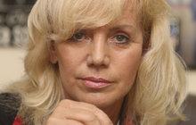 Míchání nebezpečných koktejlů z prášků a alkoholu je konec! Hana Krampolová (56) dostala epileptický záchvat. Naštěstí byl její manžel Jiří Krampol (78) doma, takže jí zavolal rychlou záchranku. A ta ji odvezla rovnou na psychiatrii!