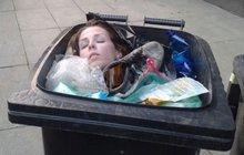 Hustý! V popelnici byla živá mrtvola!