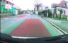 Šílený řidič kamionu na přechodu pro chodce: Těsně minul mámu s kočárkem!
