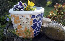 Čím ozdobit zahradu? Mozaikou z kachliček! Použít je můžete na květník i špalky.