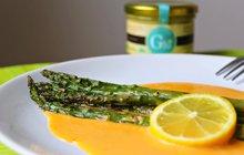 Další dávka sezónní zeleniny: Pečený chřest s holandskou omáčkou dochutí citronová šťáva!