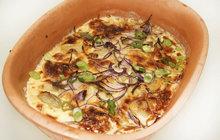 Vaříme cvalem s Michalem: Kuchař Aha! pro ženy zase vylepšil známý recept a připravil zapečené brambory s vepřovým karé a medem!