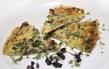 Vaříme cvalem s Michalem: Šéfkuchař připravil další rychlovku z jarní zeleniny - omeletu z nových brambor!