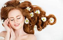 Jak pečovat vlasy během dovolené i po ní? Vyzkoušejte osvědčené kosmetické přípravky!
