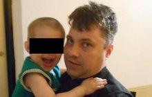 Chlapeček (3) plakal na chodbě: Rodiče byli namol opilí!