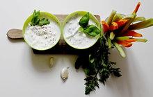 Při grilování jděte s dobou a připravte k masu jogurtové dipy!