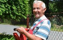 Český střihoruký Edward umí s elektrickými nůžkami divy! Vystřihl šroubovici i traktor!