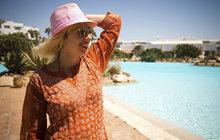 Aby slunce vlasům neškodilo: Tipy a triky, jak pečovat o svou hřívu před letní dovolenou a po ní!