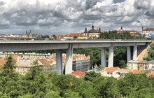 Přízraky z Nuselského mostu: Kdo ruší pokojný spánek občanů?