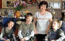 """Alena Kosmáková (42) se stará o postižená trojčata: Ví, že se nikdy sami nepostaví, ani jí neřeknou """"mami""""!"""