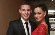 Víš co, zlato? Praštíme do toho! Fotbalový reprezentant Pavel Kadeřábek (25) a Česká Miss 2012 Tereza Chlebovská (26) se budou brát.