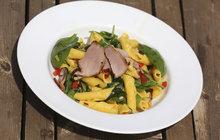 Vaříme cvalem s Michalem: Co dát na stůl v horkých dnech? Kuchař Michal zná odpověď - těstovinový salát s panenkou!