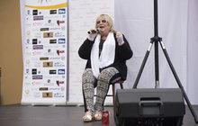 Urbánková opět na jevišti: Zpívala na židli!