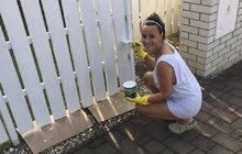 Horké léto Heidi Janků: Natírala plot jen v tílku!