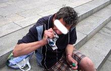 Víno si rozlil na ulici, pak ho ždímal do pusy!