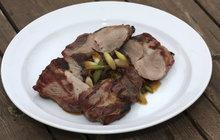 Šéfkuchař Michal radí, jak ozvláštnit grilované maso: Ke krkovici se hodí cibulovo-pórkové čatní!