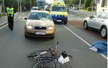 Srazil cyklistku na přechodu!