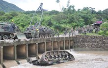 Převrácený tank na Tchaj-wanu: Uvízli v ocelové pasti!