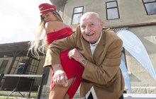 Milostná scéna s příchutí facek! Tak na razítkování nahého zadku z Ostře sledovaných vlaků bude do konce života vzpomínat Josef Somr (83). Táta, který pracoval na dráze, mu za ni chtěl nafackovat.