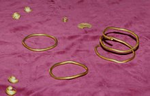 Výstava šperků starých 2500 let: Poklad, který našli na poli!