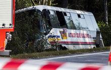 Autobus plný dětí se srazil se škodovkou: Řidič nehodu nepřežil!