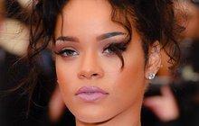 Zpěvačka Rihanna (29) se celkem pravidelně účastní oslav úrody na rodném Barbadosu. A vždy se vymódí, jak se patří – do kostýmků podobných tanečnicím na karnevale v Riu.